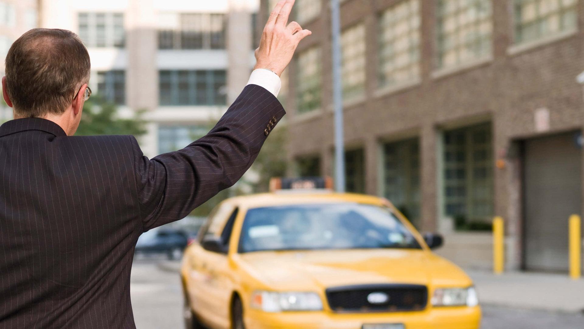 Россияне считают такси выгоднее личного транспорта