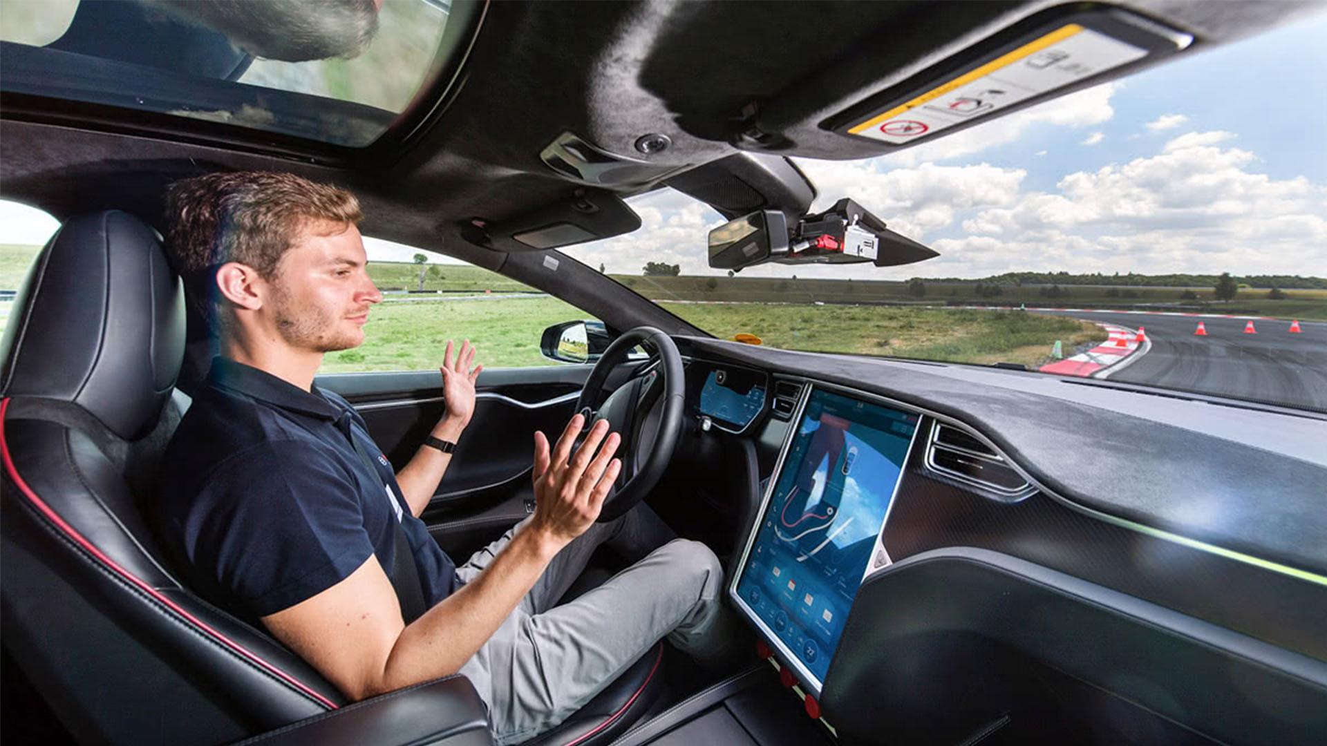 В этом году на дорогах появятся беспилотные автомобили. Как быстро беспилотники вытеснят водителей такси?