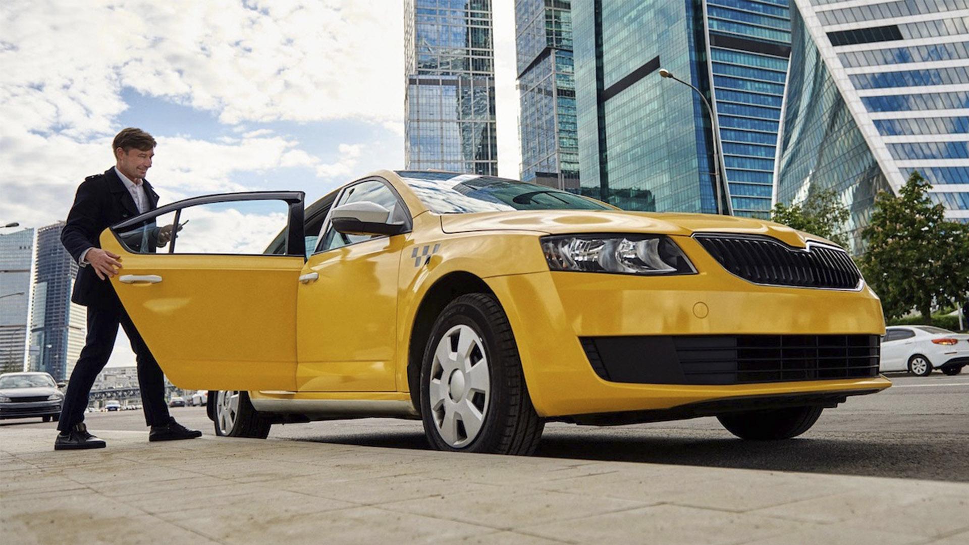 Россияне сократили расходы на личный транспорт и пересели на такси